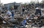 People try to salvage belongings from their tornado-ravaged homes in Moore, Oklahoma May 21, 2013. A massive tornado tore through a suburb of Oklahoma City, wiping out whole blocks and killing at least 24.   REUTERS/Rick Wilking (UNITED STATES)