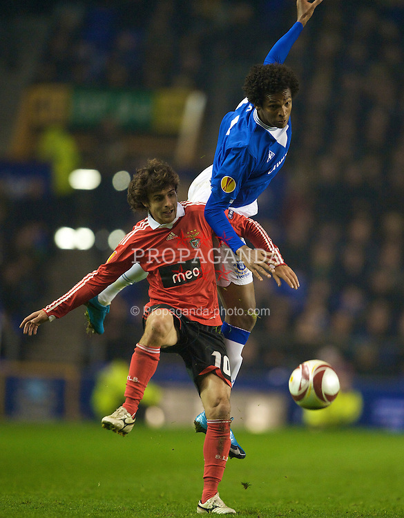 LIVERPOOL, ENGLAND - Thursday, November 5, 2009: Everton's Jo and SL Benfica's Pablo Aimar during the UEFA Europa League Group Stage match at Goodison Park. (Photo by David Rawcliffe/Propaganda)