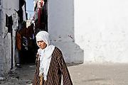 198 / Frau in der Medina von Casablanca: AFRIKA, MAR, MAROKKO, CASABLANCA,  30.09.2010: Eine Frau in der Medina von Casablanca. Casablanca ist die groesste Stadt Marokkos und liegt suedlich der Hauptstadt Rabat direkt an der Atlantikkueste. - Marco del Pra / imagetrust - Stichworte: Altstadt, architektur, Armenviertel, Armut, Atlantik, Atlantikkueste, Casa, Casablanca, Djellabah, Dschellaba, Frau, glaeubig, Glaube, Koenig, Koenigreich, Kopftuch, Leine, Maghreb, maroc, Marokko, medina, Model Release:No, mohammed VI, Property Release:No, religioes, Religion, Stichwort, Tuch, Waesche, Waescheleine