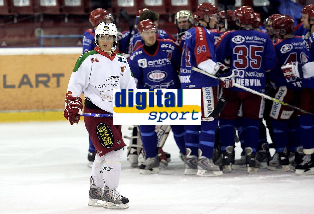 Ishockey<br /> GET-Ligaen<br /> 03.01.08<br /> Jordal Amfi<br /> V&aring;lerenga VIF - Frisk Asker Tigers<br /> Mats Zuccarello Aasen fortviler mens V&aring;lerenga jubler for seieresm&aring;let i bakgrunnen<br /> Foto - Kasper Wikestad