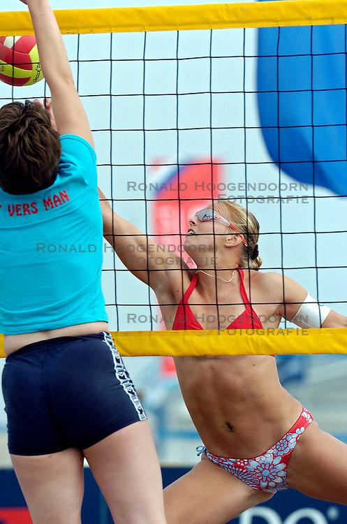 18-062005 BEACHVOLLEYBAL: NESSELANDE TOERNOOI: ROTTERDAM<br /> De zeer zonnige derde ronde van de Eredivisie Beach Volleyball op het strand aan de Zevenhuizerplas te Rotterdam-Nesselande leverde geen verrassingen op / <br /> Rebekka Kadijk<br /> ©2005-WWW.FOTOHOOGENDOORN.NL