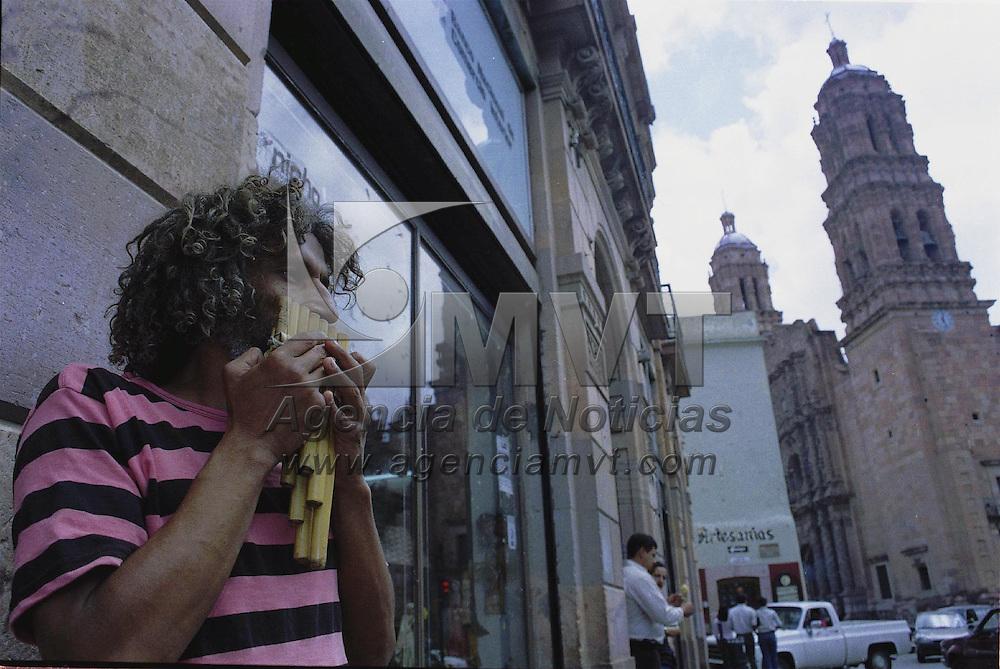 Zacatecas, Zac.- Musico Urbano al pie de la catedral de la ciudad tipica de Zacatecas. Agencia MVT / Marco A. Castro. (DIGITAL)<br /> <br /> NO ARCHIVAR - NO ARCHIVE