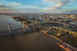 Vista da Ponte Getúlio Vargas, também conhecida como Ponte do Guaíba, com a cidade de Porto Alegre ao fundo. FOTO: Jefferson Bernardes/ Agência Preview