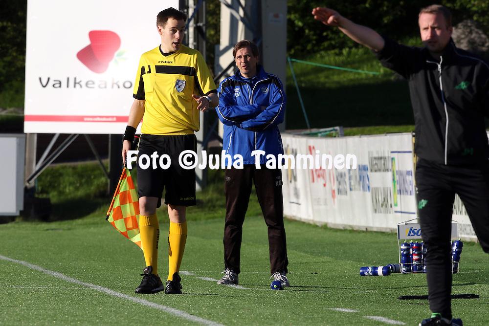 21.5.2015, Tehtaan kentt&auml;, Valkeakoski.<br /> Ykk&ouml;nen 2015.<br /> FC Haka - Eken&auml;s IF.<br /> Valmentaja Kari Martonen (Haka) seuraa peli&auml;, etualalla avustava erotuomari Jere Wikstr&ouml;m.