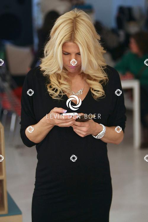 ANTWERPEN - In de kinderkledingwinkel Kayo aan de Museumstraat was een Difrax Mom's Moment georganiseerd. Tanja Dexters even met de iphone een tekst bericht sturen. FOTO LEVIN DEN BOER - PERSFOTO.NU