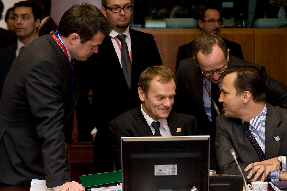 BRUSSELS - BELGIUM - 14 DECEMBER 2007 -- EU SUMMIT -- The Polish Prime Minister Donald TUSK (Le), sitting at the meeting table with his Minister for Foreign Affairs Radoslaw SIKORSKI (Ri) surrounded by advisers.  Photo: Erik Luntang