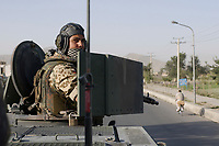 """11 AUG 2003, KABUL/AFGANISTAN:<br /> Bundeswehrsoldat mit Maschienegewehr auf einem Transportpanzer """"Fuchs"""" des deutschen Kontingents der International Security Assistance Force, ISAF, waerend einer Fahrt duch Kabul<br /> IMAGE: 20030811-01-106<br /> KEYWORDS: Bundeswehr, Streitkraefte, Streitkräfte,   Panzer, Tank, Soldat"""