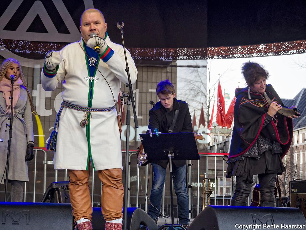 Kalle Urheim, Karl Edvard Urheim,  fra Tysfjord hadde konsert på den permanente scenen på Torget i Trondheim, Tråante 2017. Urheim er komponist, låtskriver, sanger, poet og kulturoperatør, utdannet ved Musikkonservatoriet i Tromsø. Lager musikk basert på lulesamiske joike- og sangtradisjoner.