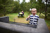 17. júní í Heiðmörk. Ari Carl gæðir sér á Marshmellow.