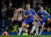 Photo: Tom Dulat/Sportsbeat Images.<br /> <br /> Chelsea v Sunderland. The FA Barclays Premiership. 08/12/2007.<br /> <br /> Dickson Etuhu of Sunderland and Steve Sidwell of Chelsea with the ball.