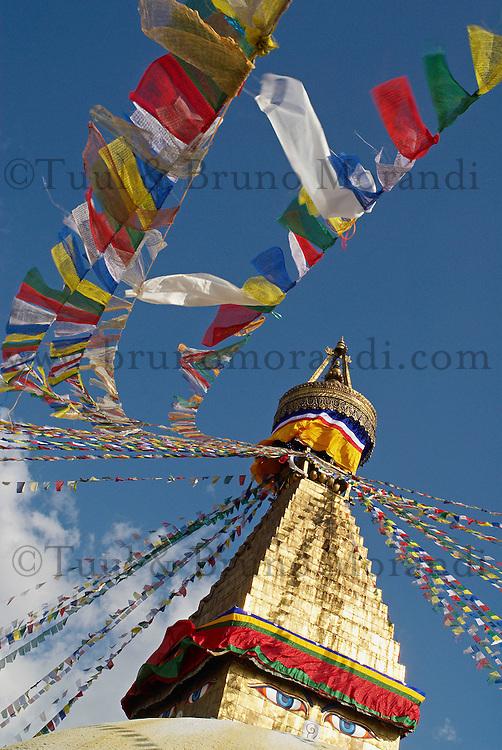 Nepal. Vallee de Kathmandu. Stupa bouddhiste de Bodnath. Drapeau de priere. // Nepal. Kathmandu valley. Buddhist stupa of Bodnath. Prayer flag.
