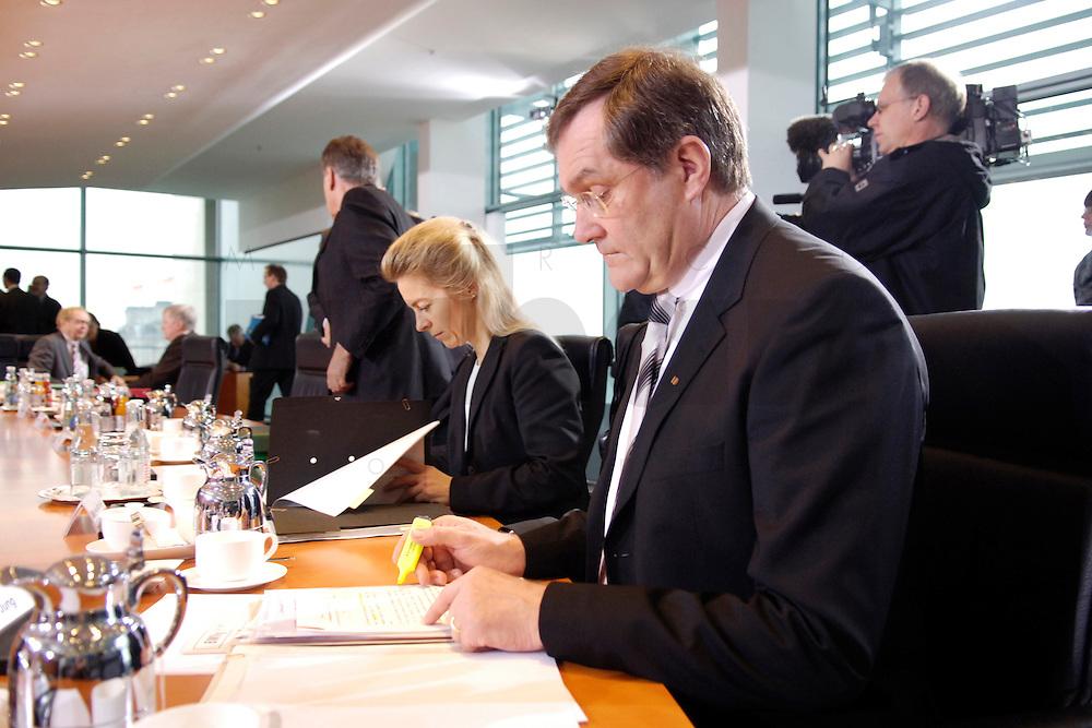 08 FEB 2006, BERLIN/GERMANY:<br /> Franz Josef Jung, CDU, Bundesverteidigungsminister, liest in seinen Unterlagen, am Kabinettstisch, vor Beginn der Kabinettsitzung, Bundeskanzleramt<br /> IMAGE: 20060208-01-016<br /> KEYWORDS: Sitzung, Kabinett, Akte, Akten, lesen