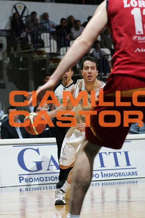 DESCRIZIONE : Bologna Lega A1 2007-08 La Fortezza Virtus Bologna Lottomatica Virtus Roma<br /> GIOCATORE : Massimo Bulleri<br /> SQUADRA : La Fortezza Virtus Bologna<br /> EVENTO : Campionato Lega A1 2007-2008 <br /> GARA : La Fortezza Virtus Bologna Lottomatica Roma<br /> DATA : 27/04/2008 <br /> CATEGORIA : Palleggio<br /> SPORT : Pallacanestro <br /> AUTORE : Agenzia Ciamillo-Castoria/M.Minarelli
