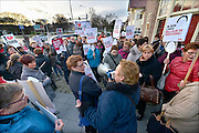 Nederland, Nijmegen, 14-1-2015 Medewerkers van thuiszorgorganisatie Verian protesteren samen met SP en FNV tegen het voornemen hun salaris met 25% te korten, verlagen. Vandaag beginnen de gesprekken met individuele medewerkers hierover. De actievoerders wilden het gebouw in om de gesprekken kracht bij te zetten en solidariteit te tonen maar dat mocht niet.Het bestuur olv Klaas Stoterkwam even naar buiten om aan te geven dat een voor een de afspraken afgehandeld zouden worden. Velen voelen zich onder druk gezet op straffe van ontslag. DG foto editie NijmegenFOTO: FLIP FRANSSEN