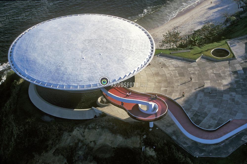 Niteroi RJ, Brasil.   2004.Museu de Arte Contemporanea. / Museum of Contemporary Art in Niteroi, designed by the world renowned brazilian architect, Oscar Niemeyer..Foto ©Ana Branco/Argosfoto.