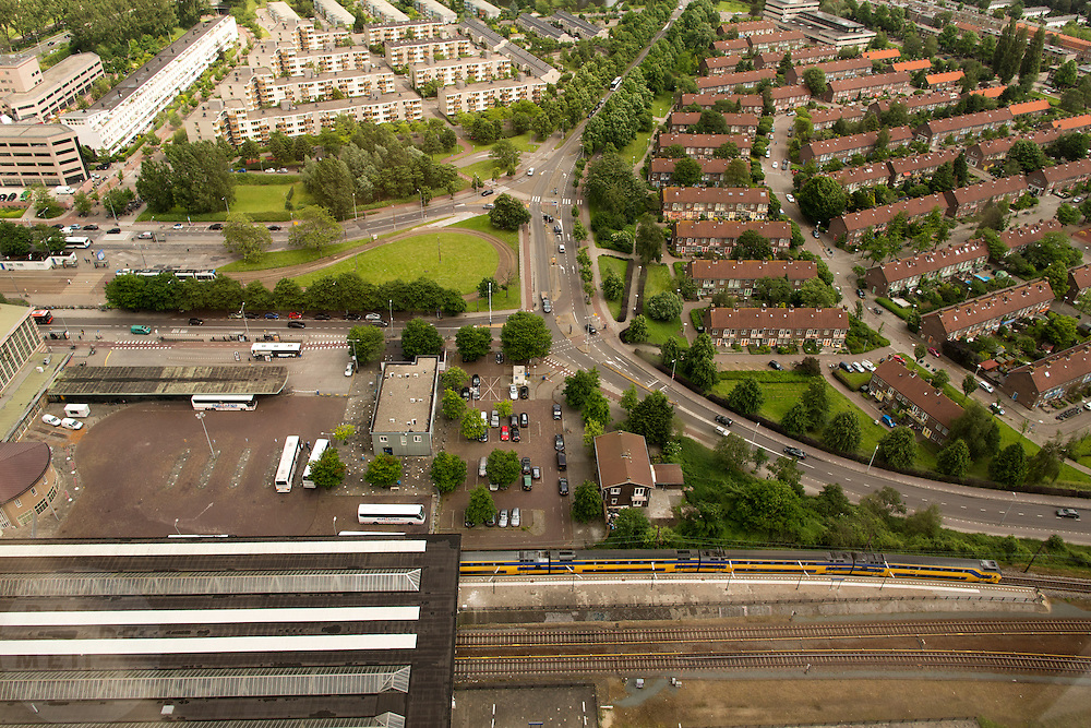 Uitzicht op Amsterdam vanaf de Rembrandt-toren bij Amsterdam Amstel. Onderaan is station Amsterdam Amstel te zien.<br />