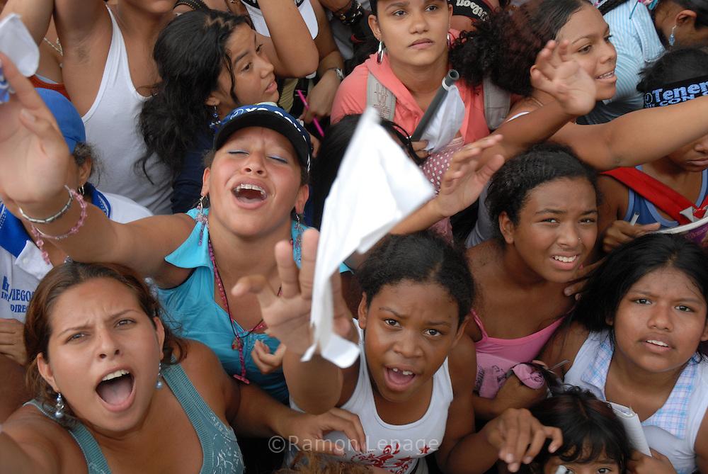 Miles de personas marcharon el sábado 21 de abril para apoyar al canal de televisión RCTV (Radio Caracas Televisión), a poco más de un mes para que se cumpla la decisión del presidente Hugo Chávez de no renovar la concesión a la televisora más antigua de Venezuela. (Ramón Lepage / Orinoquiaphoto)  People march to support RCTV (Radio Caracas TV) broadcasting station in Caracas April 21, 2007. Thousand marched on Saturday to support RCTV after President Hugo Chavez's government has said the would not renew the license of RCTV. (Ramón Lepage / Orinoquiaphoto)