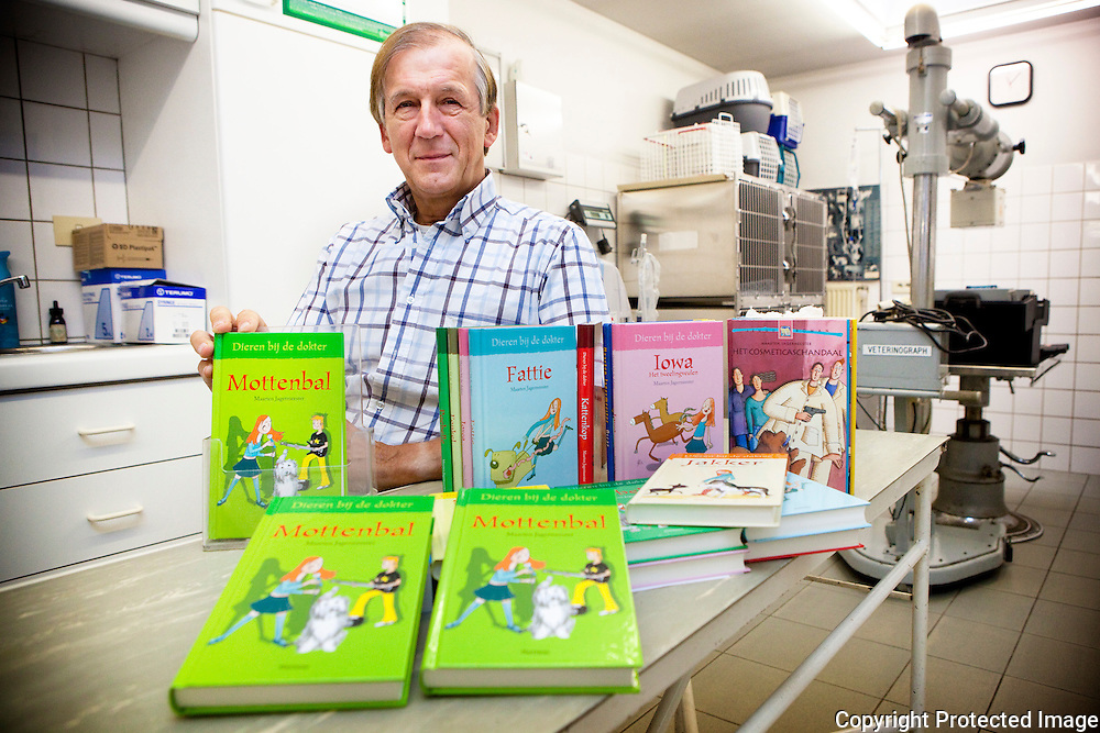366040-Sus Vantendeloo dierenarts/auteur van kinderboeken-Alias Maarten Jagermeester bij zijn nieuwe boek Mottenbal