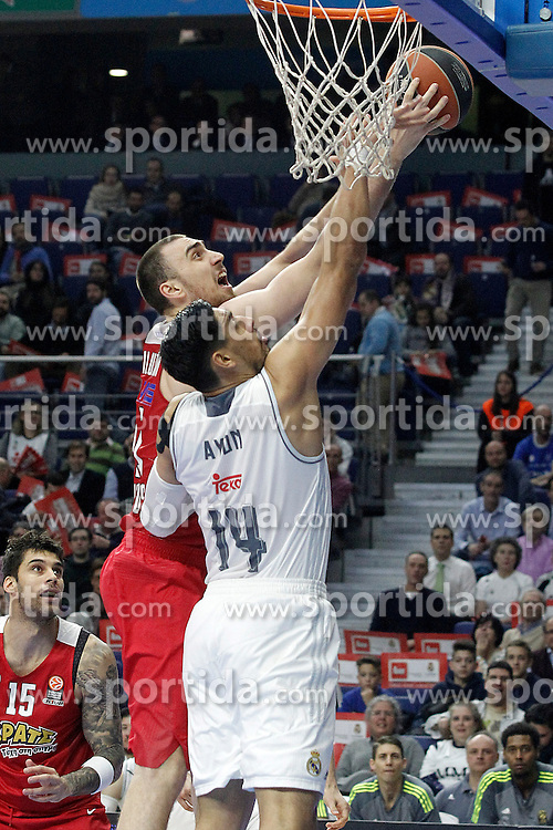 28.01.2016, Palacio de los Deportes, Madrid, ESP, FIBA, EL, Real Madrid vs Olympiacos PiraeusPlayoff, 5. Spiel, im Bild Real Madrid's Gustavo Ayon (r) and Olympimpiacos Piraeus' Nikola Milutinov // during the 5th Playoff match of the Turkish Airlines Basketball Euroleague between Real Madrid and Olympiacos Piraeus at the Palacio de los Deportes in Madrid, Spain on 2016/01/28. EXPA Pictures &copy; 2016, PhotoCredit: EXPA/ Alterphotos/ Acero<br /> <br /> *****ATTENTION - OUT of ESP, SUI*****