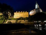 Cesky Krumlov, Krumau/Tschechische Republik, Tschechien, CZE, 25.07.2008:  Die staatliche Burg und das Schloß Cesky Krumlov (Böhmisch Krumau/ Krumau) am abendlichen Moldau-Ufer. Die Hochschätzung dieses Ortes durch inländische und ausländische Experten führte allmählich zur Aufnahme in die höchste Stufe des Denkmalschutzes. Im Jahre 1963 wurde die Stadt zum Stadtdenkmalschutzgebiet erklärt, im Jahre 1989 wurde das Schloßareal zum nationalen Kulturdenkmal erklärt und im Jahre 1992 wurde der ganze historische Komplex ins Verzeichnis der Denkmäler des Kultur- und Naturwelterbes der UNESCO aufgenommen.<br /> <br /> Cesky Krumlov/Czech Republic, CZE, 25.07.2008: The Vltava (Moldau) river bank and the State Castle of Cesky Krumlov, with its architectural standard, cultural tradition, and expanse, ranks among the most important historic sights in the central European region. Building development from the 14th to 19th centuries is well-preserved in the original groundplan layout, material structure, interior installation and architectural detail. Situated on the banks of the Vltava river, the town was built around a 13th-century castle with Gothic, Renaissance and Baroque elements. It is an outstanding example of a small central European medieval town whose architectural heritage has remained intact thanks to its peaceful evolution over more than five centuries.