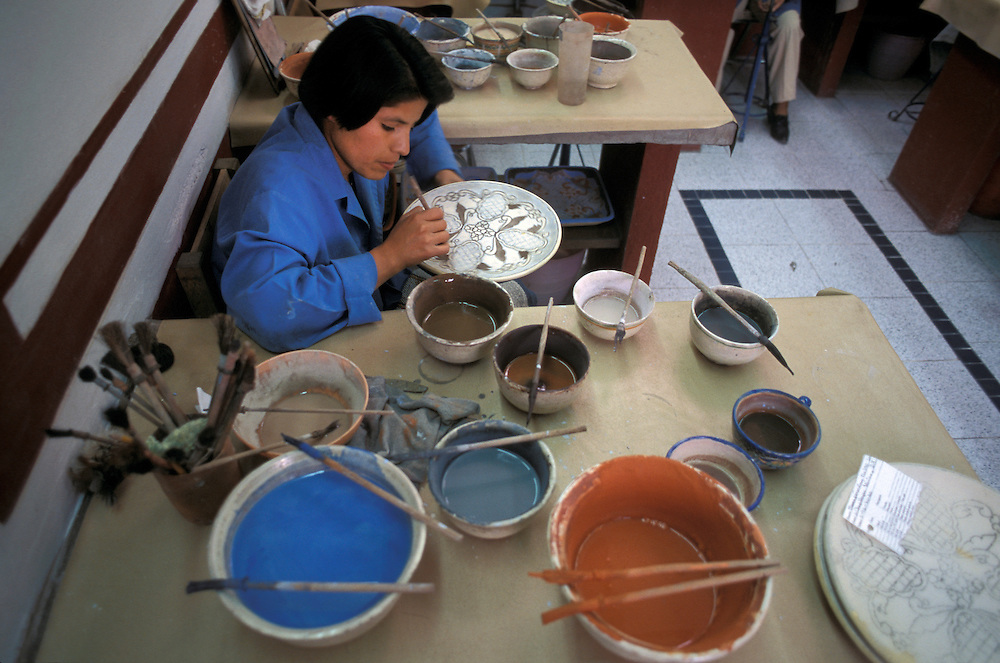 Painting pottery, Uriarte Talavera, 9114 Poniente, Puebla, Mexico