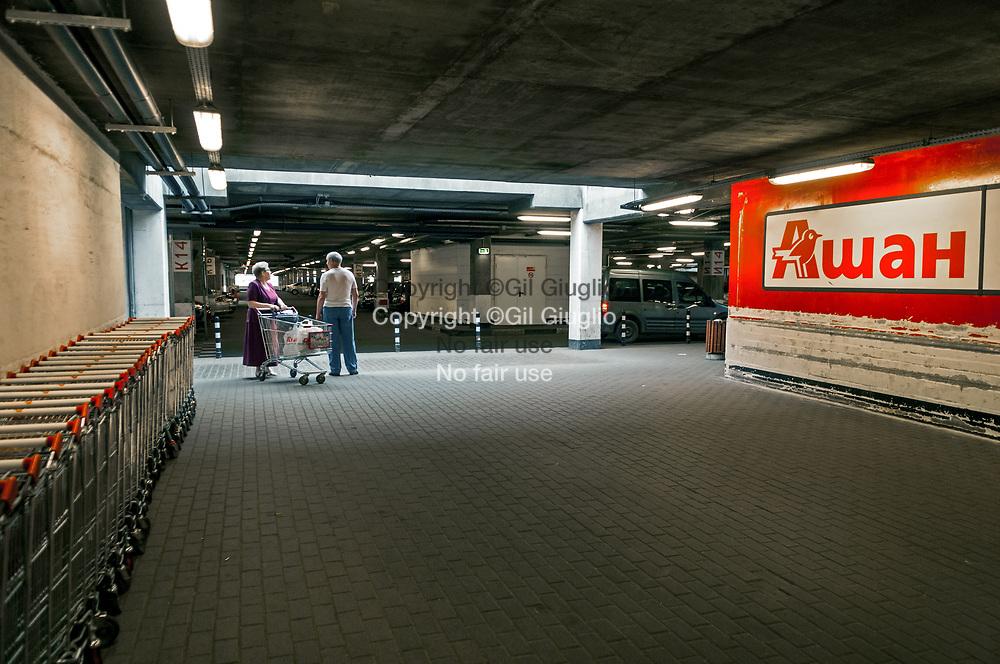 Russie, Moscou, banlieue nord de la ville, magazin de l'enseigne française de grande distributrion : Auchan // Russia , Moscow, north suburb, Auchan by french supermarket stores