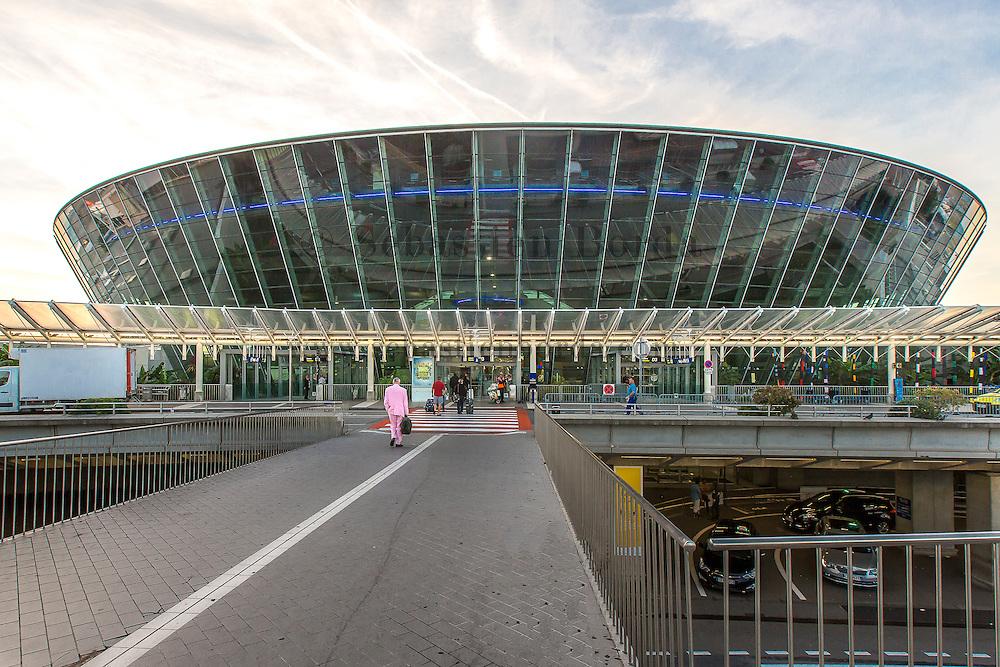 Vue du terminal 2 de l'aéroport de Nice // View of Nice airport terminal 2
