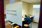 Nederland, Nijmegen, 8-2-2006Een leerling van groep 8 van een basisschool in Nijmegen maakt de cito toets, citotoets. cito-toets. Deze leerling leest moeilijk, is dyslectisch, dislekties, dyslexie, en mag een gesproken versie gebruiken. Vervolgonderwijs, schoolkeuze voortgezet onderwijs, kennisniveau opleiding, school.Foto: Flip Franssen/Hollandse Hoogte