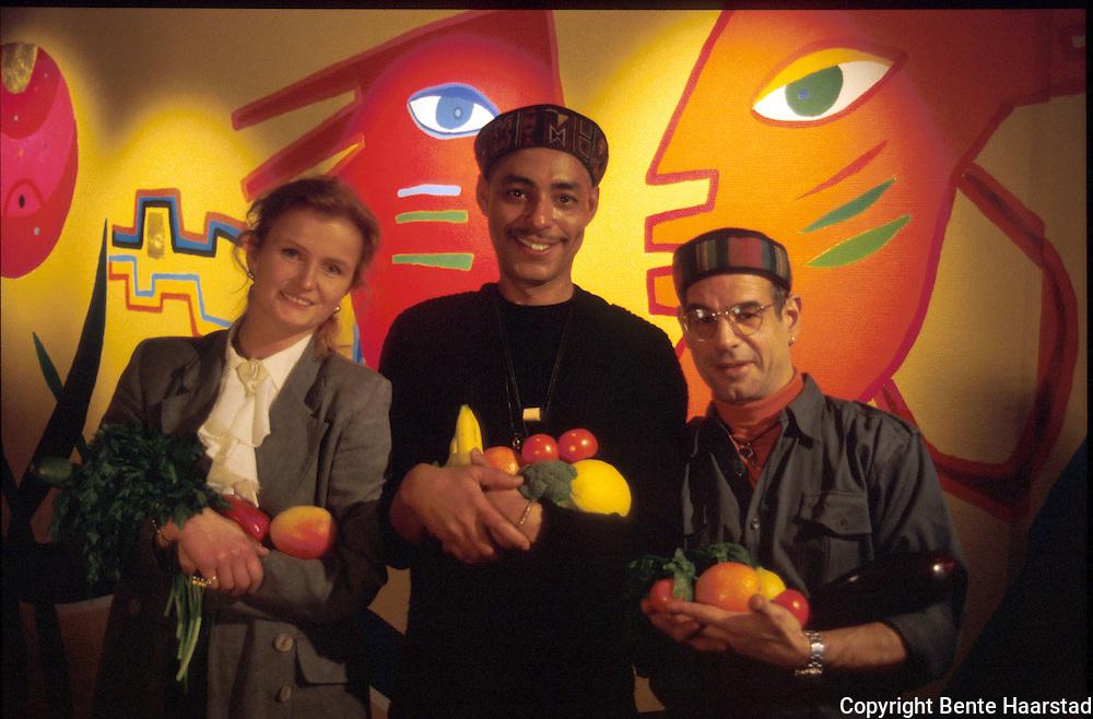 åpning Cafe Aroma, Trondheim. f.v. Jorunn Oksvold, eier, Paul I. Carrier Jr., kunstner, Jean Michel Gasnier, ansatt. ..dias