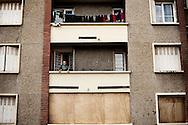 Frankrig valg reportage, Marseille, Boligblokken hvor Muhammed Merah boede og belejrede sig inden han sprang ud af vinduet. I dag er der træplader hvor der før var vinduer og skudhullerne i væggen er lappet.
