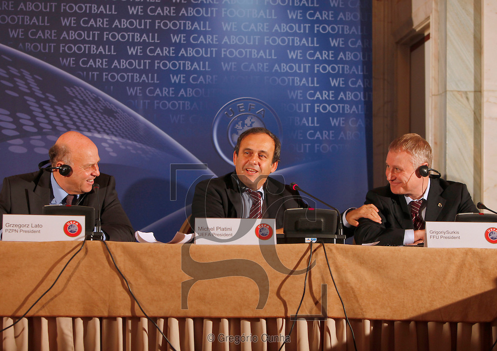 Portugal, FUNCHAL : UEFA President Michel Platini (C) of France speaks between Grzegorz Lato (L), President pf the Polish Football Association and Grigory Surkis (R), President of the Ukrainian Football Association chat during a press conference in Funchal, Madeira Island, on December 11, 2009, after the UEFA Executive Committee meeting. UEFA today ratified the four Ukrainian cities, Kiev, Donetsk, Karkov and Lviv, in the running to host the 2012 European championships with the final to take place in Kiev the capital on July 1, 2012.. PHOTO/ GREGORIO CUNHA.Reuniao do Comite Executivo da UEFA