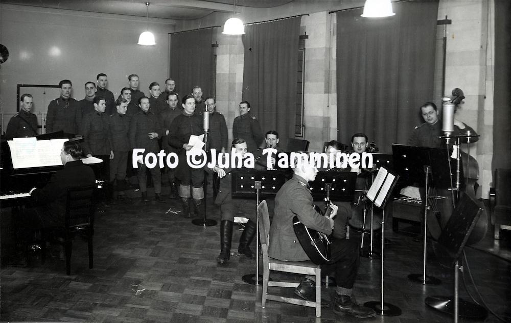 HJK:n &amp; maajoukkueen pelaaja Armas Pyyn albumi. <br /> Linjojen takana Talvisodassa, menossa ilmeisesti musiikkiesitys radioon. Kuva vuodelta 1939 tai 1940, paikka ei tiedossa.