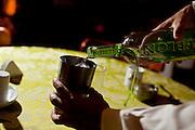 Patos de Minas_MG, Brasil..Cachacaria em Patos de Minas que fabrica aguardente para exportacao. Na foto trabalhador preparando caipirinha..Cachaca factory in Patos de Minas, which manufactures cachaca for export. In the photo worker preparing caipirinha.....Foto: LEO DRUMOND / NITRO