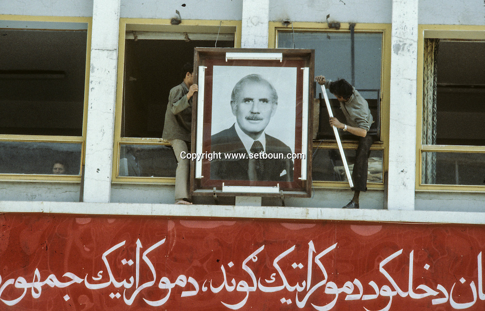 Afghanistan. the communist regime  / after the coup d 'etat of Afizoulah Amin against Taraki changing the photo of taraki by the new leader  kabul  Afghanistan  / Le regime communiste. Apres le coup d etat de Afizoulah Amin contre Taraki. on remplace la photo du l ancien dirigeant Taraki   Kaboul  Afghanistan  / nb 26700 25 / 26700 / L0055661