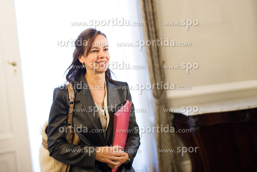 10.11.2015, Bundeskanzleramt, Wien, AUT, Bundesregierung, Sitzung des Ministerrats, im Bild Ministerin für Familie Sophie Karmasin (ÖVP) // Minister for Family Affairs Sophie Karmasin (OeVP) before cabinet meeting at federal chancellors office in Vienna, Austria on 2015/11/10, EXPA Pictures © 2015, PhotoCredit: EXPA/ Michael Gruber