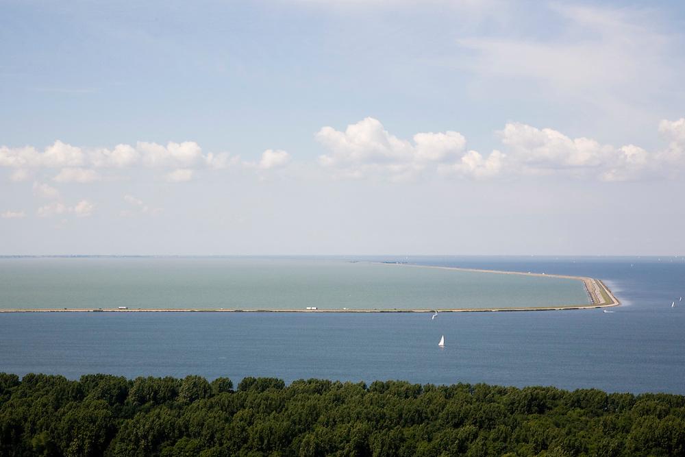 Nederland, Flevoland, IJsselmeer, 14-07-2008; Markerwaarddijk overgaand in Houtribdijk, verbindt Enkhuizen en Lelystad en deelt de voormalige Zuiderzee in Markermeer (links)  en het IJsselmeer (rechts); hier gezien vanuit Flevoland met het Zuigerplasbos - ten Noorden van Lelystad - in de voorgrond; de dijk is oorpronkelijk aangelegd om het Markeermeer in te polderen (Markerwaard), deze inpoldering maakte reeds deel uit van de Zuiderzeewerken; andere namen voor de dijk zijn: Markerwaarddijk, Lelydijk en Dijk Enkhuizen-Lelystad N302; toekomst, algen, licht, leeg, leegte, Lely. .luchtfoto (toeslag); aerial photo (additional fee required); .foto Siebe Swart / photo Siebe Swart