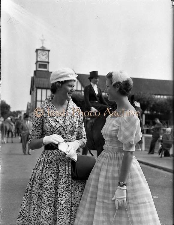 04/08/1960<br /> 08/04/1960<br /> 04 August 1960<br /> R.D.S Horse Show Dublin (Thursday). 17 year-old twins from the White Highlands, Kenya were Miss Susan and Veronica Williams pictured at the Dublin Horse Show.