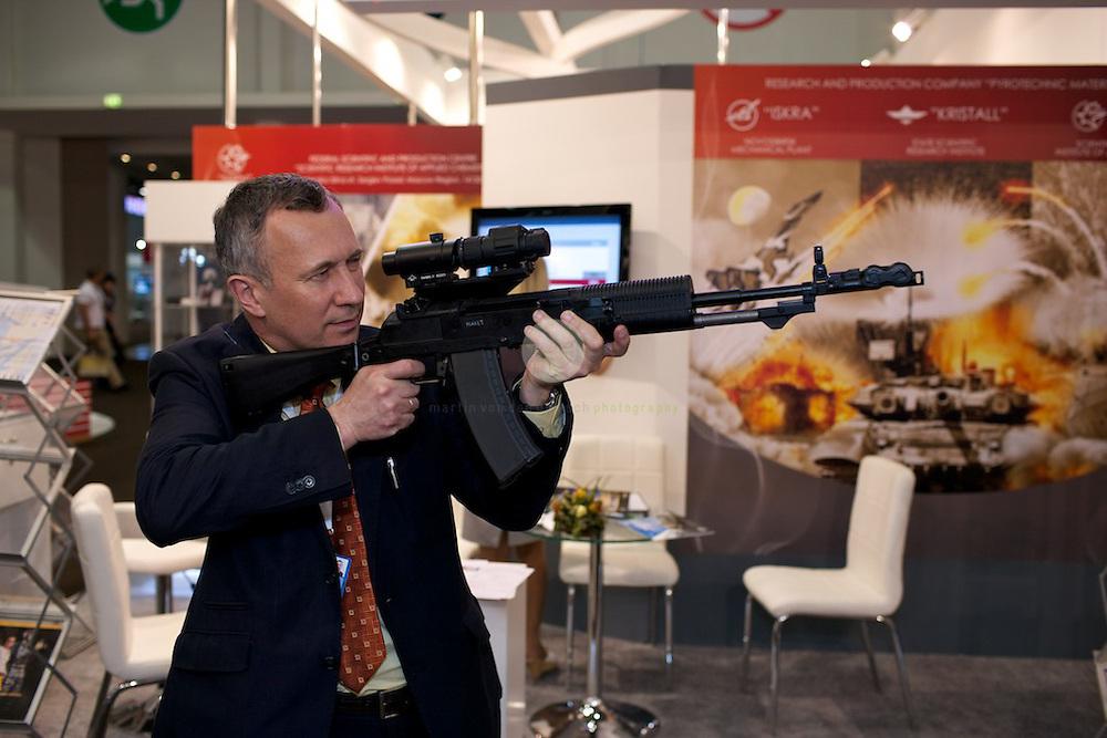 """IDEX 2011 in Abu Dhabi. ASIEN, VEREINIGTE ARABISCHE EMIRATE, EMIRAT ABU DHABI, ABU DHABI, 23.02.2011: Die International Defence Exhibition & Conference 2011 (IDEX) findet alle zwei Jahre in Abu Dhabi statt. Am Stand der Firma Izhmash. Auf der Izhmash Webseite heisst es: Founded in 1807, JSC """"Concern """"Izhmash"""" is an original designer and manufacturer of Kalashnikov assault rifle and other weapons."""