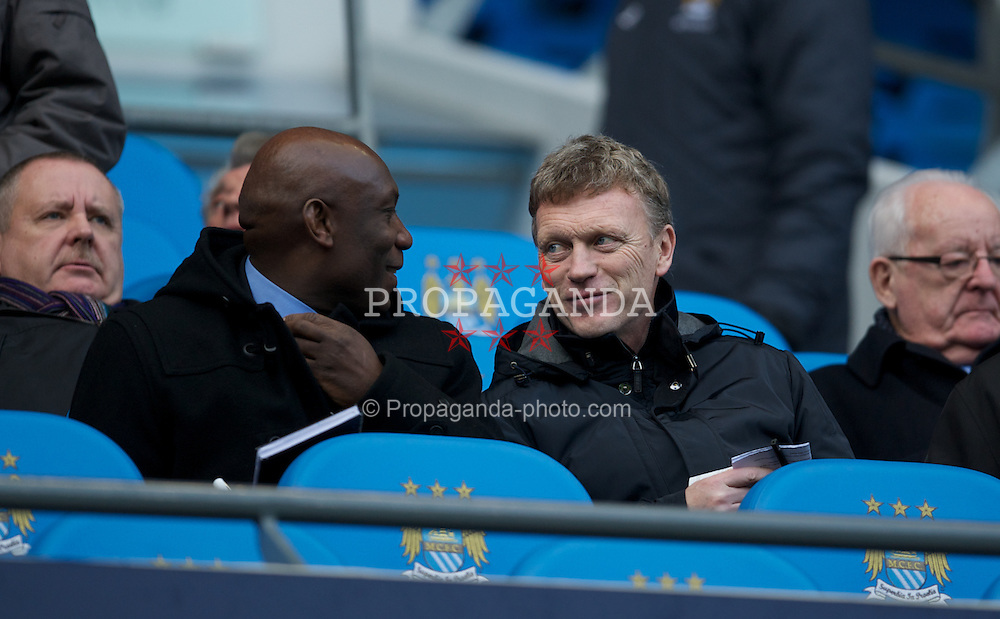 MANCHESTER, ENGLAND - Sunday, January 22, 2011: Everton's manager David Moyes chats with former referee Uriah Rennie before the Premiership match between Manchester City and Tottenham Hotspur at the City of Manchester Stadium. (Pic by David Rawcliffe/Propaganda)
