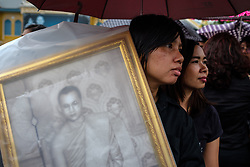 October 13, 2017 - Bangkok, Thailand - On the first anniversary of Thailand's King Bhumibol Adulyadej's death thousands of Thai mourners queue up outside the gates of the royal palace in Bangkok to lay flowers in front of a picture of the late king and pay their respect. (Credit Image: © Thomas De Cian/NurPhoto via ZUMA Press)