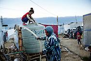 Flygtningelejr i Jeb Jenin.<br /> <br /> Jorrya Abd Al Kareem Sleeman, 37 &aring;r<br /> <br /> Hayab, 1 &aring;r (p&aring; armen)<br /> Zamzam, 3 &aring;r <br /> Shayma, 5 &aring;r<br /> Mohannad, 8 &aring;r<br /> Tagreed, 10 &aring;r sad p&aring; vandtanken.<br /> Khadeeja, 12 &aring;r<br /> Feryal, 14 &aring;r<br /> <br /> Refugee settelment in Jeb Jenin.