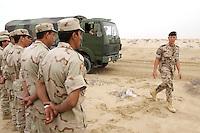 10 DEC 2004, ABU DHABI/UNITED ARAB EMIRATES:<br /> Ein Soldat des Ausbildungskommandos der Bundeswehr fuer irakische Soldaten waehrend der praktische Fahrausbildung mit LKWs der Bundeswehr, bei Abu Dhabi<br /> IMAGE: 20041210-01-025<br /> KEYWORDS: Reise, Vereinigte Arabische Emirate, VAE, UAE