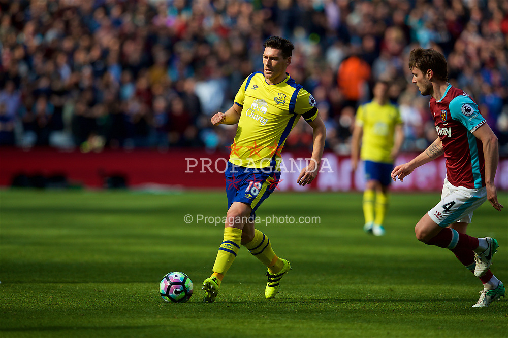 LONDON, ENGLAND - Saturday, April 22, 2017: Everton's Gareth Barry in action against West Ham United during the FA Premier League match at the London Stadium. (Pic by David Rawcliffe/Propaganda)
