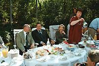 25 AUG 1999, BERLIN/GERMANY:<br /> Walter Momper, SPD Spitzenkandidat, und Gerhard Schröder, SPD, Bundeskanzler, und Ehefrauen Doris Schröder und Anne Momper, gemeinsam im Garten der Mompers bei Kartoffelsalat und Buletten, Kaffee und Kuchen<br /> IMAGE: 19990825-01/03-28<br /> KEYWORDS: Gerhard Schroeder, Doris Schroeder