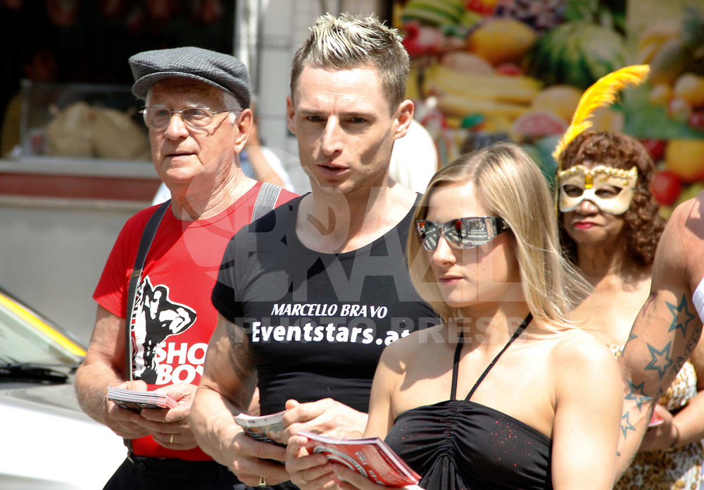 """SÃO PAULO, SP, 06 DE ABRIL 2011 - AÇÃO ERÓTIKA FAIR - Ação para promover a Erótika Fair reúne pessoas  """"eroticamente"""" trajadas e alguns com mais 65 anos que abordarão as pessoas levantando a questão da pedofilia e exploração sexual de menores, convidão a população para visitar a feira na região central da capital paulista. (FOTO: WILLIAM VOLCOV / NEWS FREE)."""