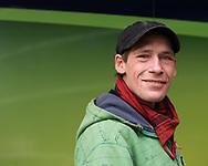 """""""Mit der Keule<br /> in die Fresse""""<br /> Dennis, 39, verkauft Hinz&Kunzt auf der Reeperbahn. erade befindet sich<br /> Dennis im Methadon-<br /> Programm. Er HOFFT,<br /> dass er diesmal durchhält."""