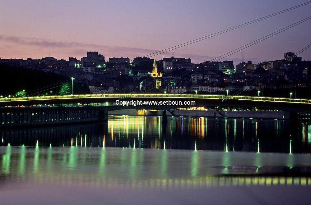 """France. Lyon . Lighting on the Rhone. """"law court footpath"""" la passerelle du palais de justice sur la SaôneR00063 15L930827e P0000247"""