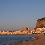 The town of Cefalu on the northern coast of Sicily, Italy. Village côtier de Cefalù, Sicile, Italie.