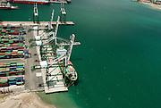 Colón es la capital de la provincia panameña de Colón, ubicada en la costa caribeña de Panamá. La población estimada para 2010 es de unas 49,422 personas,1 siendo la cuarta concentración urbana más poblada del país despúes de la ciudad de Panamá, San Miguelito y Arraiján. La ciudad está comunicada con la capital por medio de la carretera transístmica (autopista Panamá - Colón), que une en 78,9 km la ciudad con la costa del océano Pacífico.<br /> <br /> Colón está situada cerca de la entrada caribeña del Canal de Panamá. Es de importancia comercial para el país debido a la Zona Libre de Colón (la segunda más grande del mundo) y por la actividad en los diferentes puertos.<br /> <br /> La ciudad de Colón se divide en dos corregimientos: Barrio Norte y Barrio Sur. Un sector desde la calle 13 y Ave. Meléndez hacia el suroeste de la ciudad fue dada a la Zona Libre de Colon, la cual administra esta área comercial.<br /> <br /> ©Alejandro Balaguer/Fundación Albatros Media.