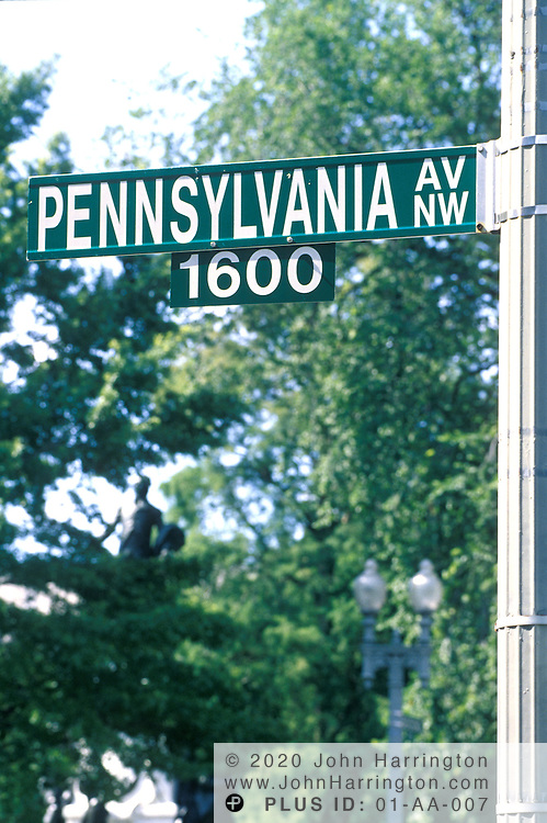 Street sign of 1600 Pennsylvania Avenue, the White House.